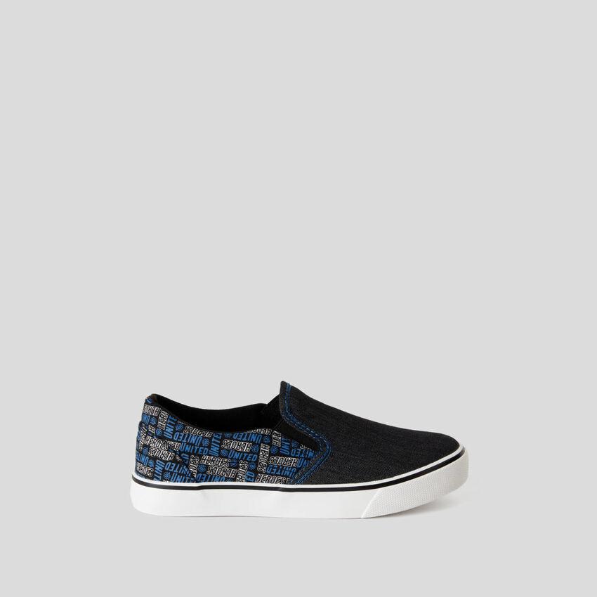 Sneakers im Skater-Stil aus Stoff