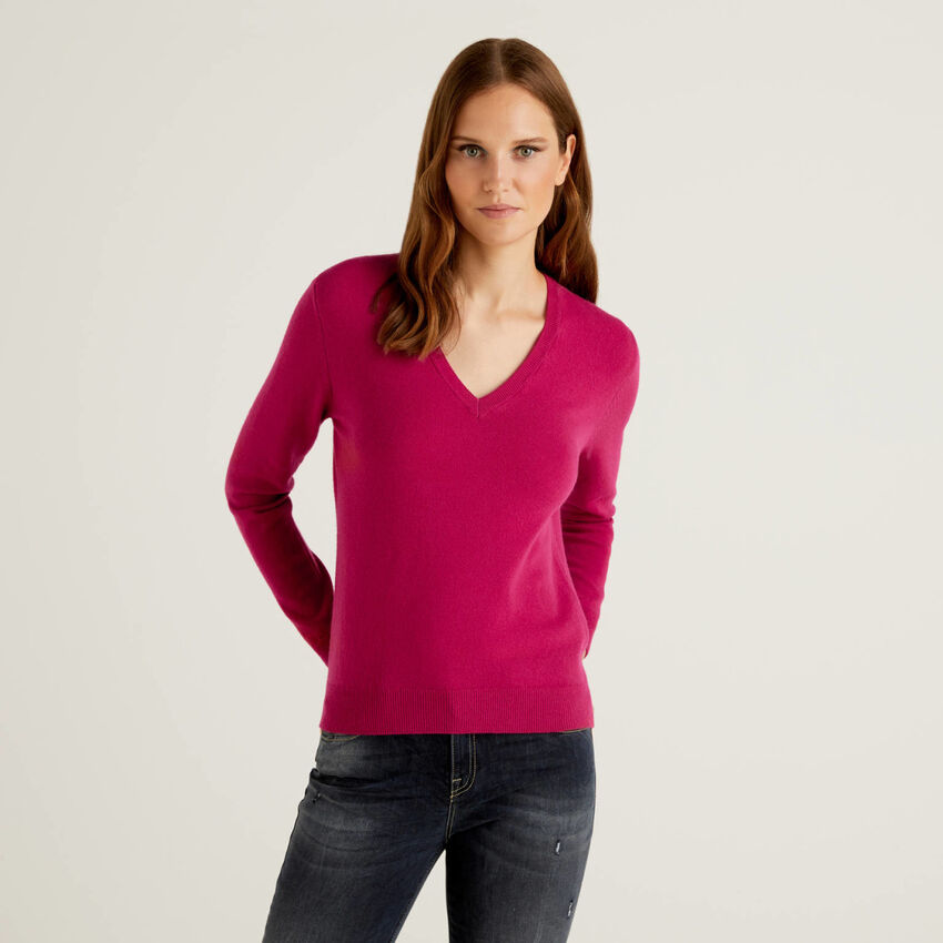 Pullover aus reiner Schurwolle in Zyklame mit V-Ausschnitt