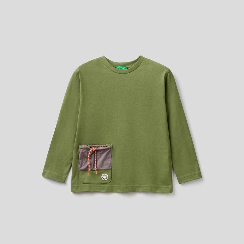 T-Shirt mit Tasche in einer Kontrastfarbe