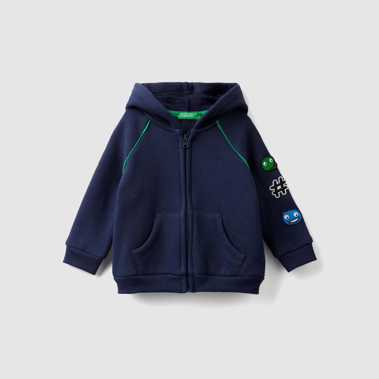 Sweatshirt mit Kapuze und Aufnäher