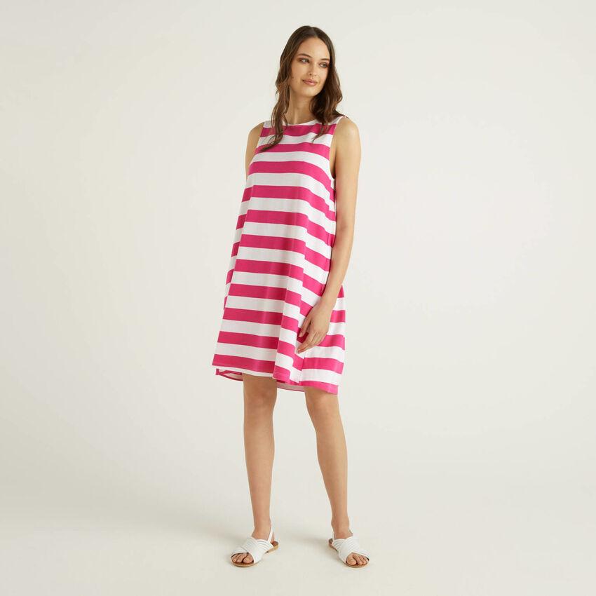 Kurzes, ärmelloses Kleid mit Streifen