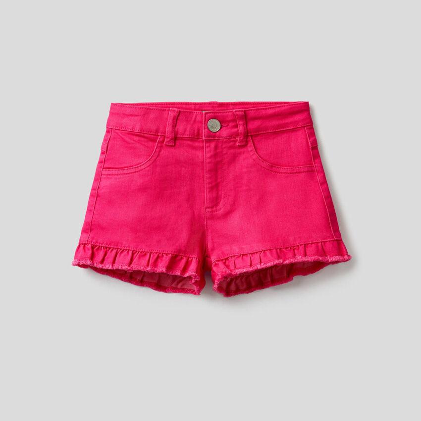 Einfarbige Shorts mit Rüsche