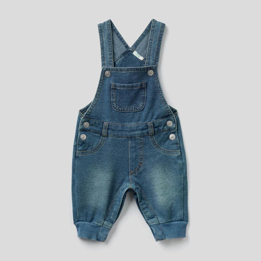 Latzhose aus Sweatstoff mit Jeans-Effekt