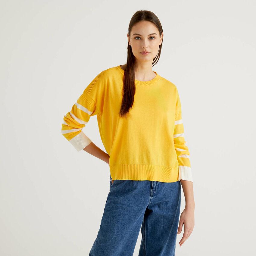 Gelber Pullover mit Schlitz am Rücken
