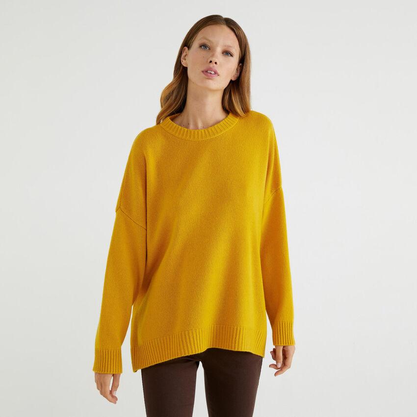 Weiter Pullover mit Schlitzen