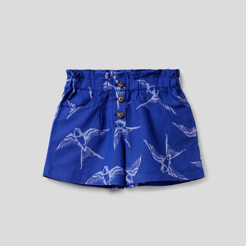 Shorts in einer Mischung aus Baumwolle und Leinen mit Print
