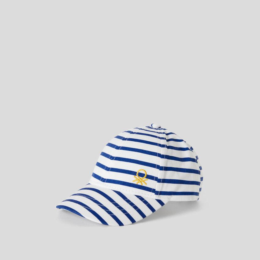 Mütze mit weißen und blauen Streifen