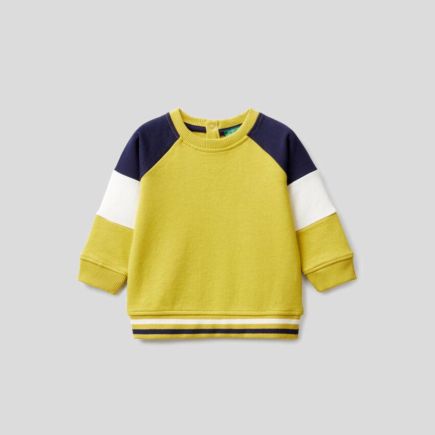 Gelbes Sweatshirt mit Ärmeln mit Farbblöcken