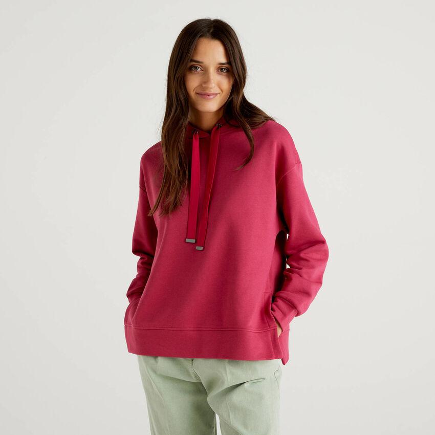 Sweatshirt mit Kapuze und Schlitzen