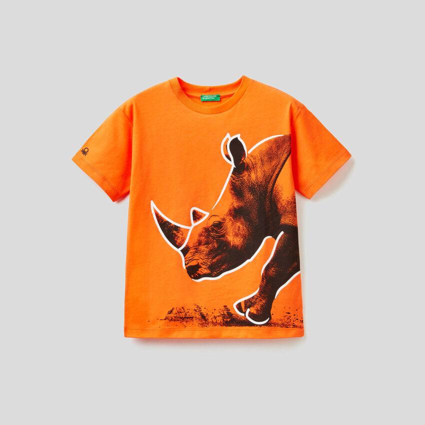 Orangefarbenes T-Shirt mit Rhinocerusprint