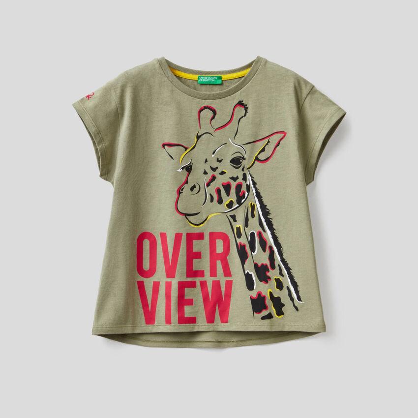 Militärgrünes T-Shirt mit Giraffenprint