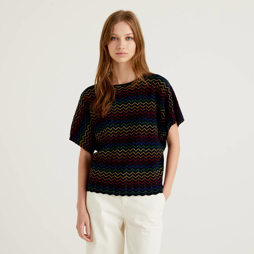 Blauer Pullover mit buntem Zickzack-Muster