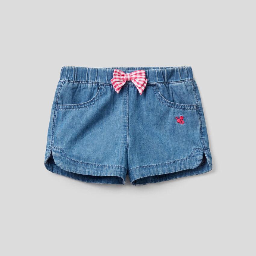 Shorts aus leichtem Jeansstoff mit Masche