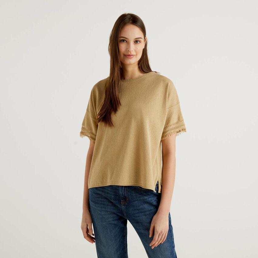 Shirt mit ausgefransten Ärmeln