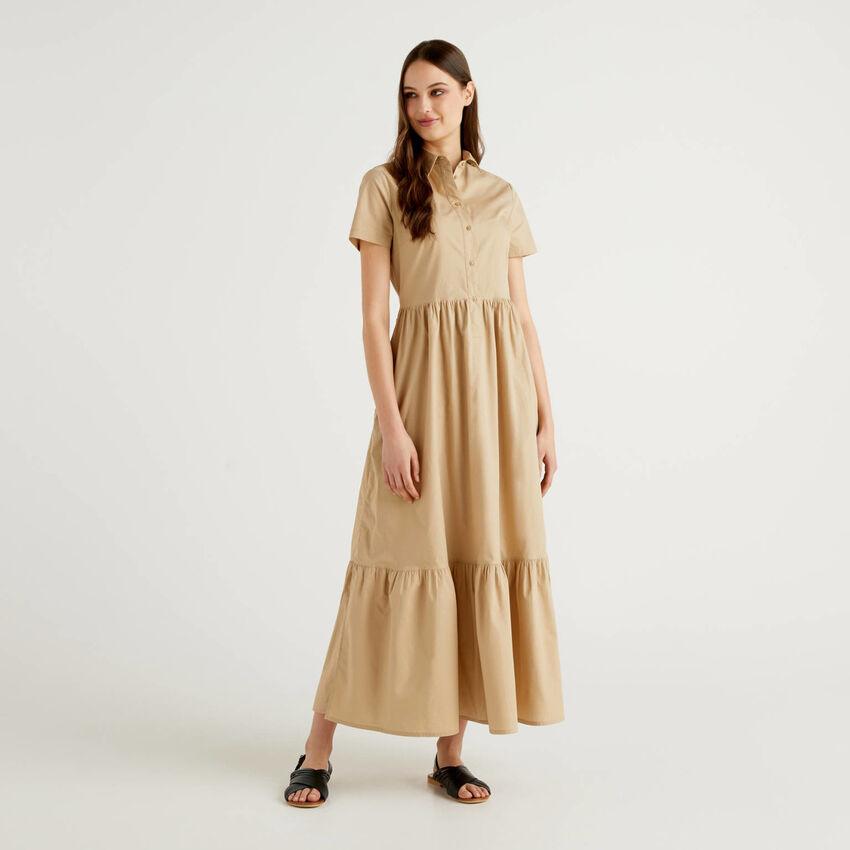 Langes Kleid mit Rüsche am Saum unten