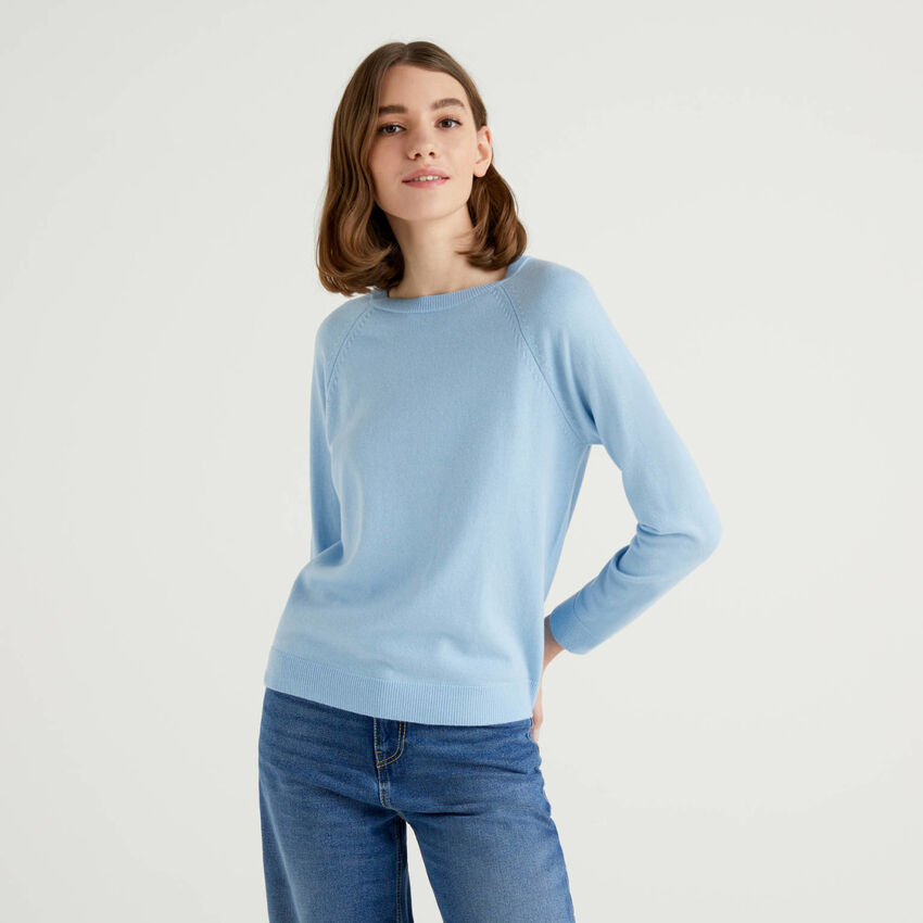 Hellblauer Pullover mit Rundausschnitt in einer Mischung aus Wolle und Cashmere