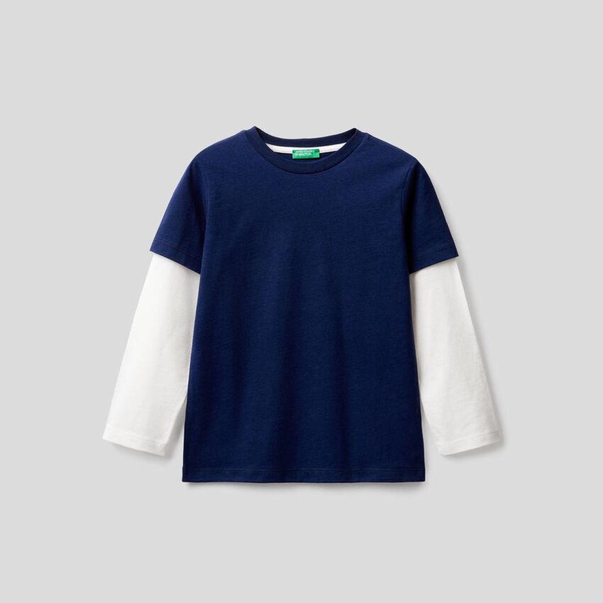 Dunkelblaues T-Shirt mit zweifarbigen Ärmeln