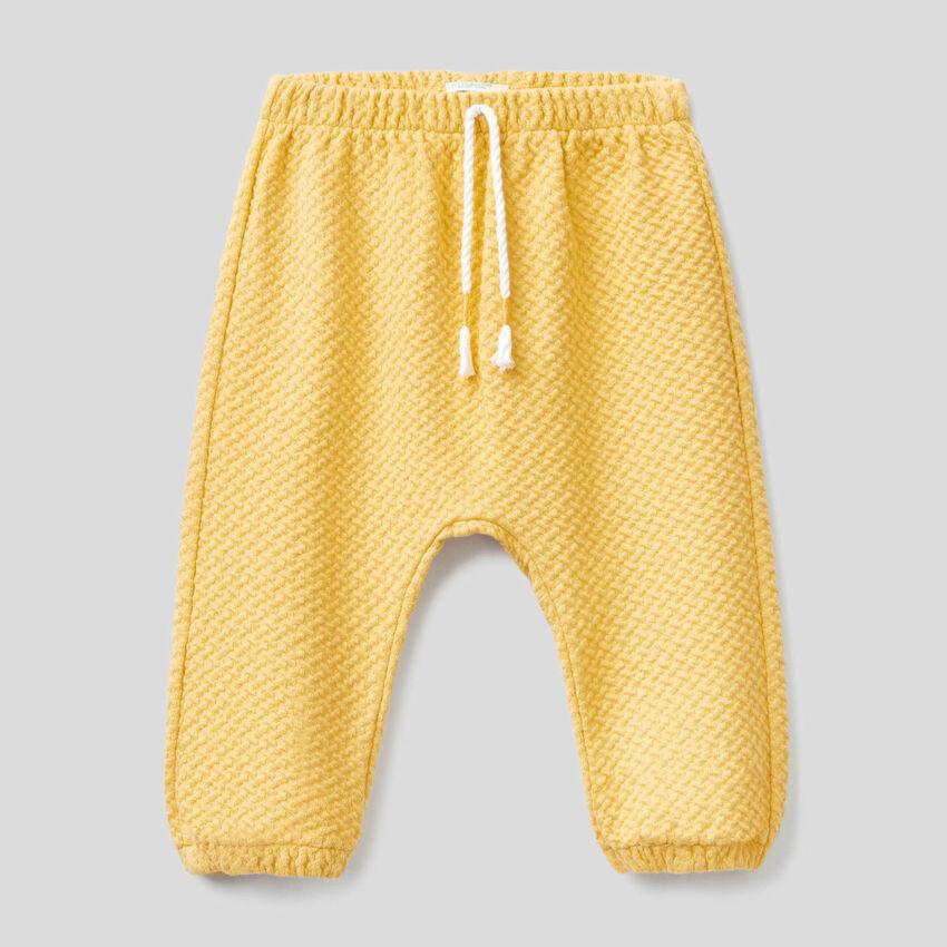 Hose aus stretchiger Bio-Baumwolle mit besonderer Verarbeitung