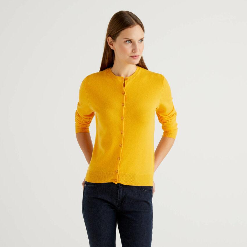 Gelbe Strickjacke aus reiner Schurwolle mit Rundausschnitt