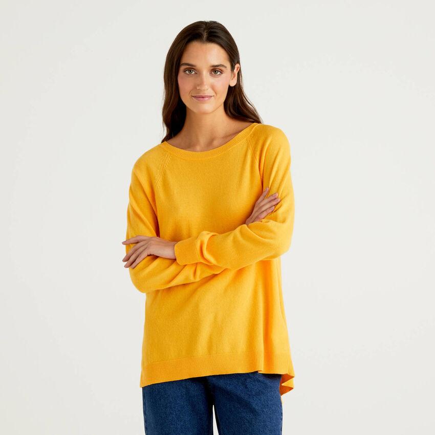 Gelber Pullover mit Falte am Rücken