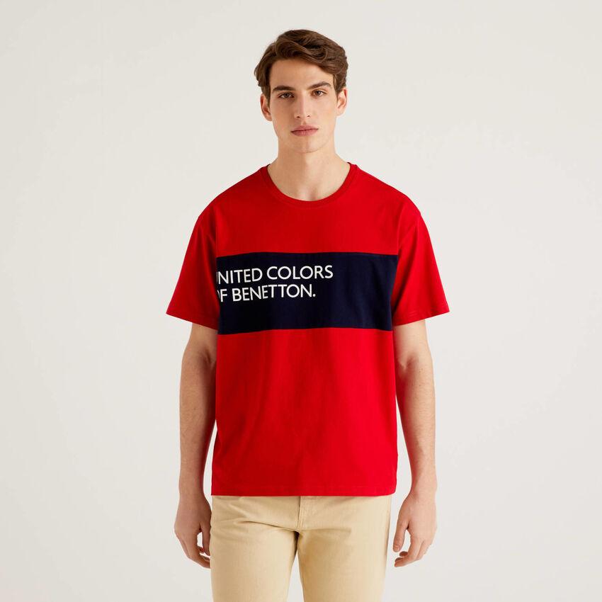 T-Shirt aus 100% Baumwolle mit Streifen in einer Kontrastfarbe
