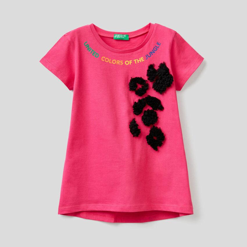 T-Shirt mit aufgenähten Blütenblättern