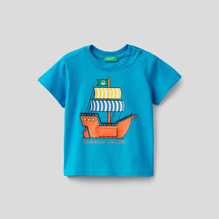 Hellblaues T-Shirt mit Schiffsprint