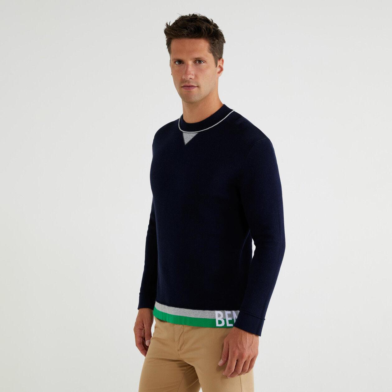 Pullover mit eingearbeitetem Logo