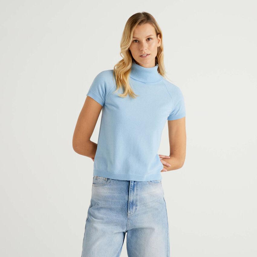 Hellblauer Rollkragenpullover mit kurzen Ärmeln in einer Mischung aus Wolle und Cashmere