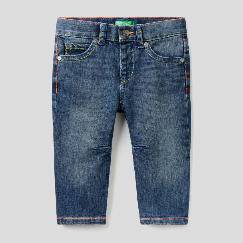 Carrot Fit-Jeans mit neonfarbenen Nähten