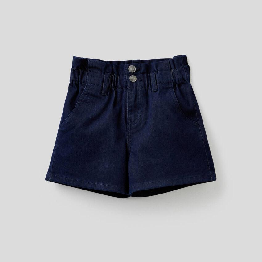 Paperbag-Shorts aus buntem, stretchigem Denim