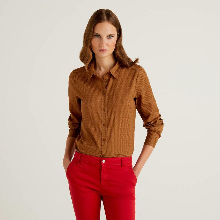 Braune Slim-Fit-Bluse in 100% Baumwolle mit Muster