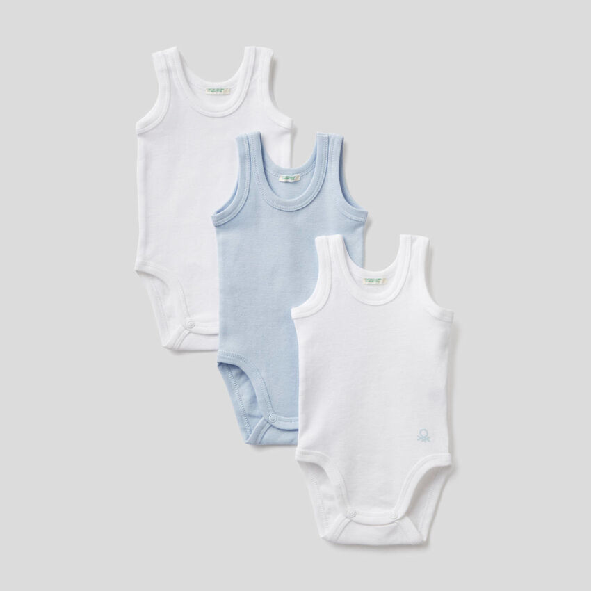 Drei einfarbige Unterhemden-Bodys