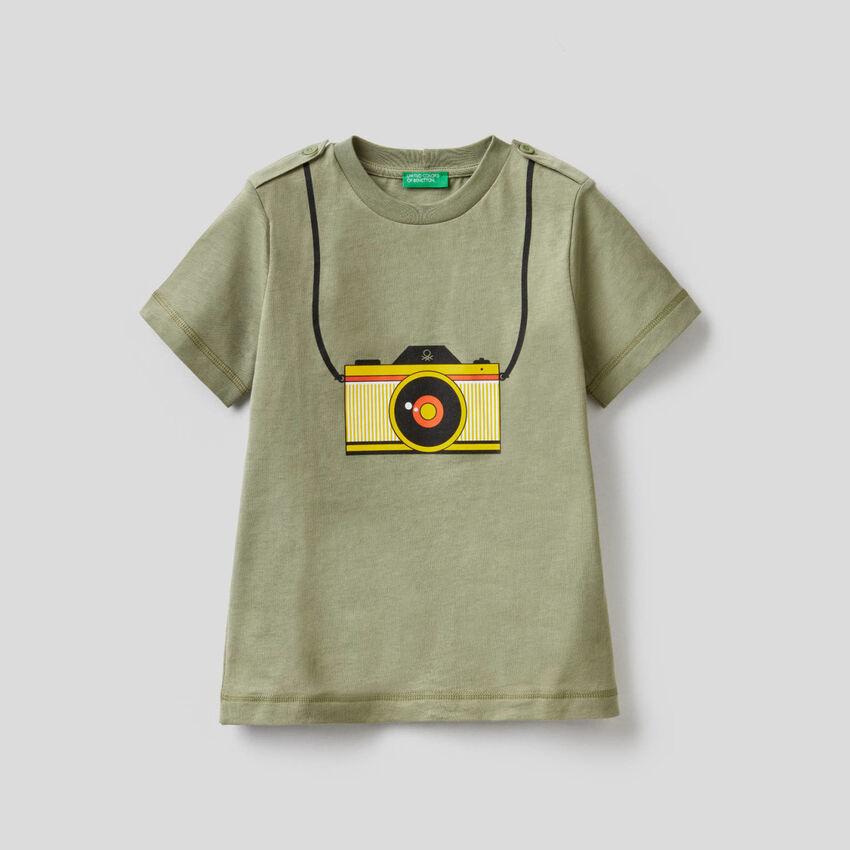 Grünes T-Shirt mit aufgedrucktem Fotoapparat