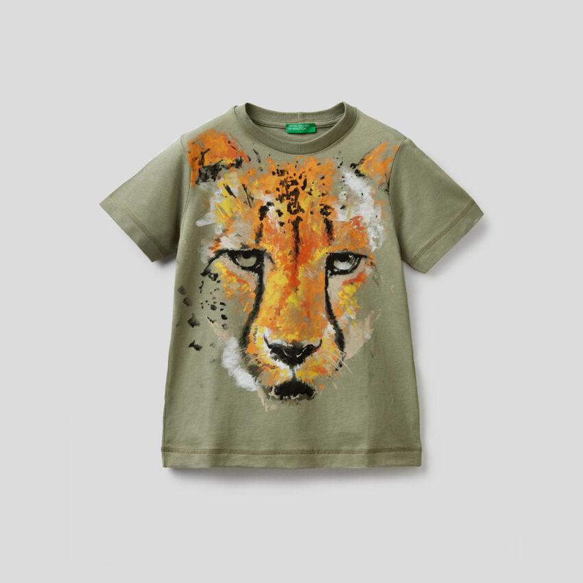 Militärgrünes T-Shirt mit Gepardenprint