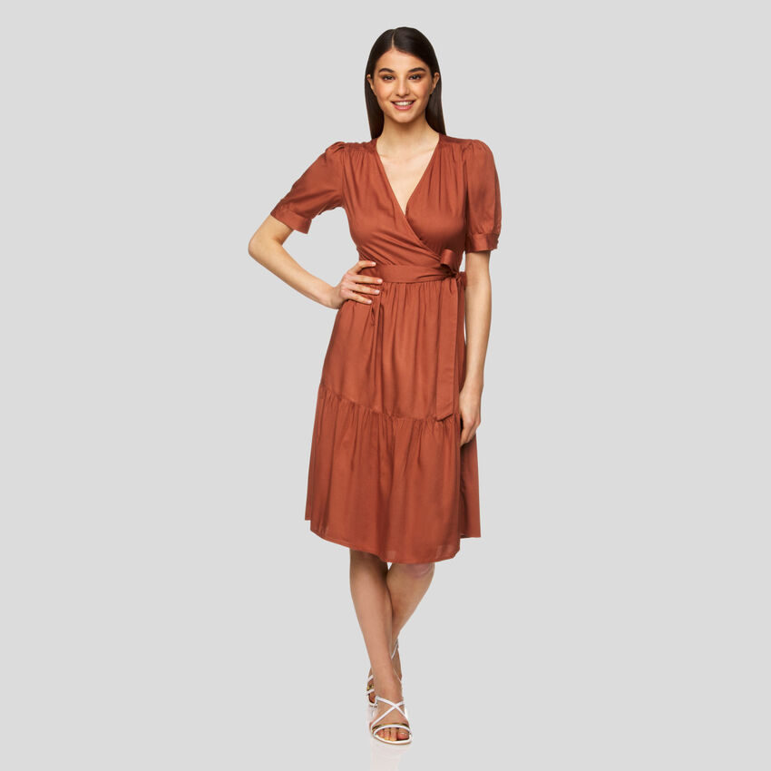 Überkreuztes Midi-Kleid
