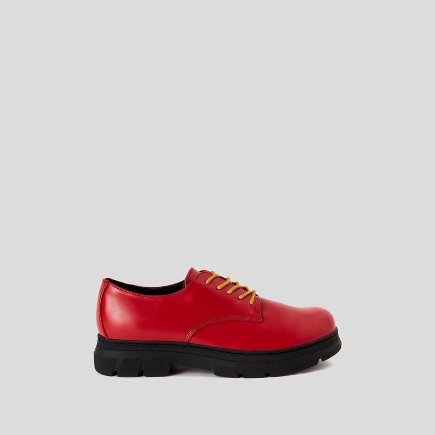 Derby-Schuhe mit doppelten Schuhbändern