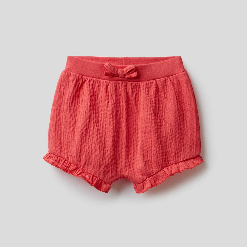 Shorts mit Volant und Stickerei