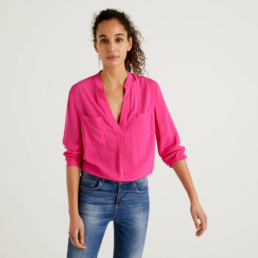 Fließende Bluse mit V-Ausschnitt